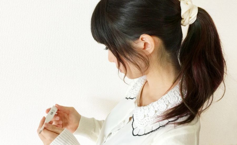 体温計を見る女性