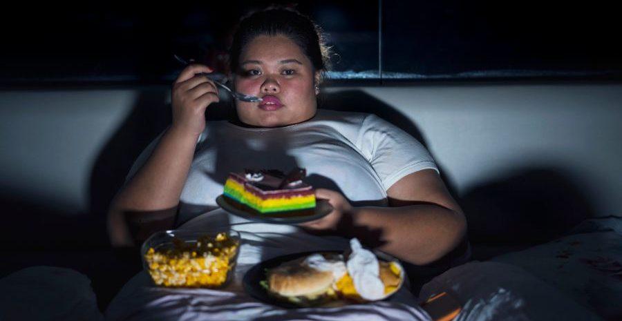 ストレスで食べすぎてしまう女性