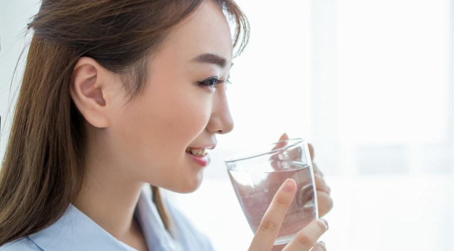 水を飲み断食する女性