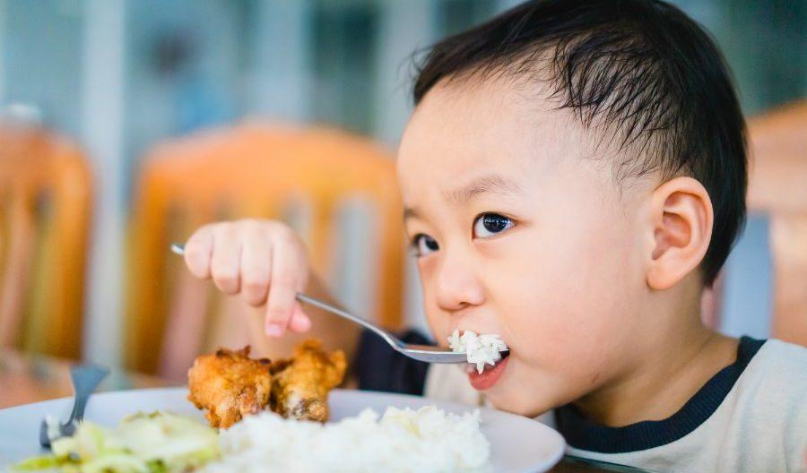 食事をする男子