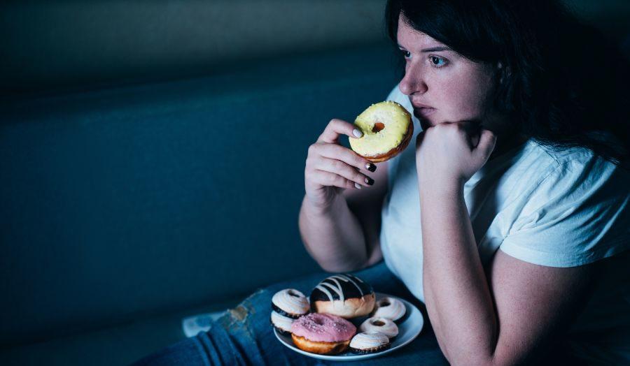 深夜にドーナツを食べる女性