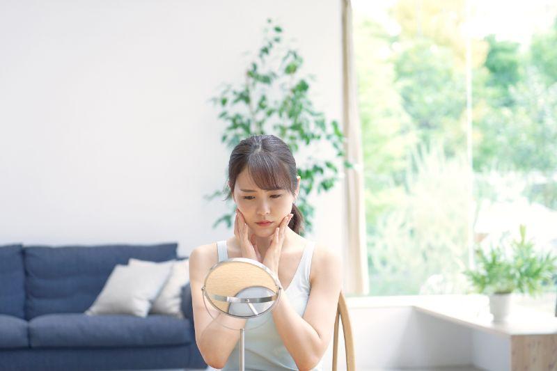 アレルゲンが原因の肌荒れに悩む女性