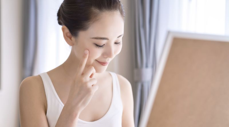 肌荒れ対策をする女性