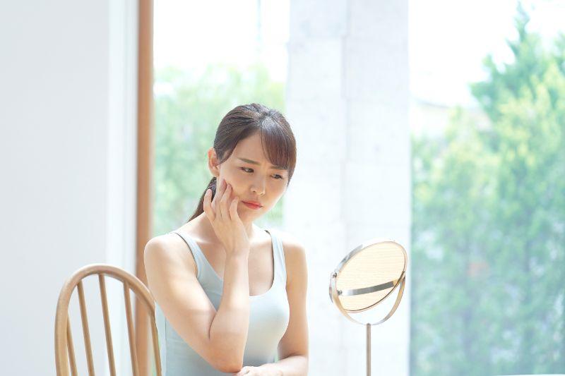 肌荒れを確認する女性