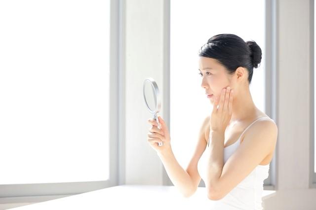 光老化による肌のハリ不足を心配する女性の写真