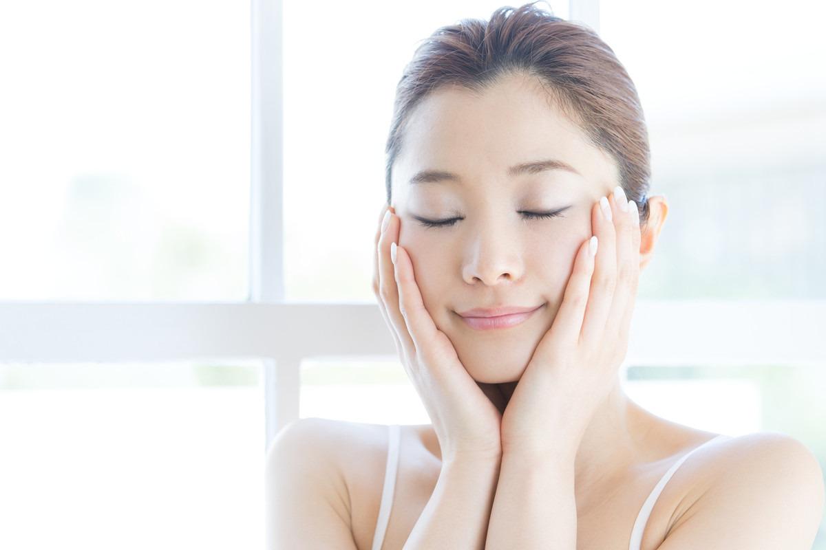 ネオダーミルの配合された化粧品により美肌をキープする女性