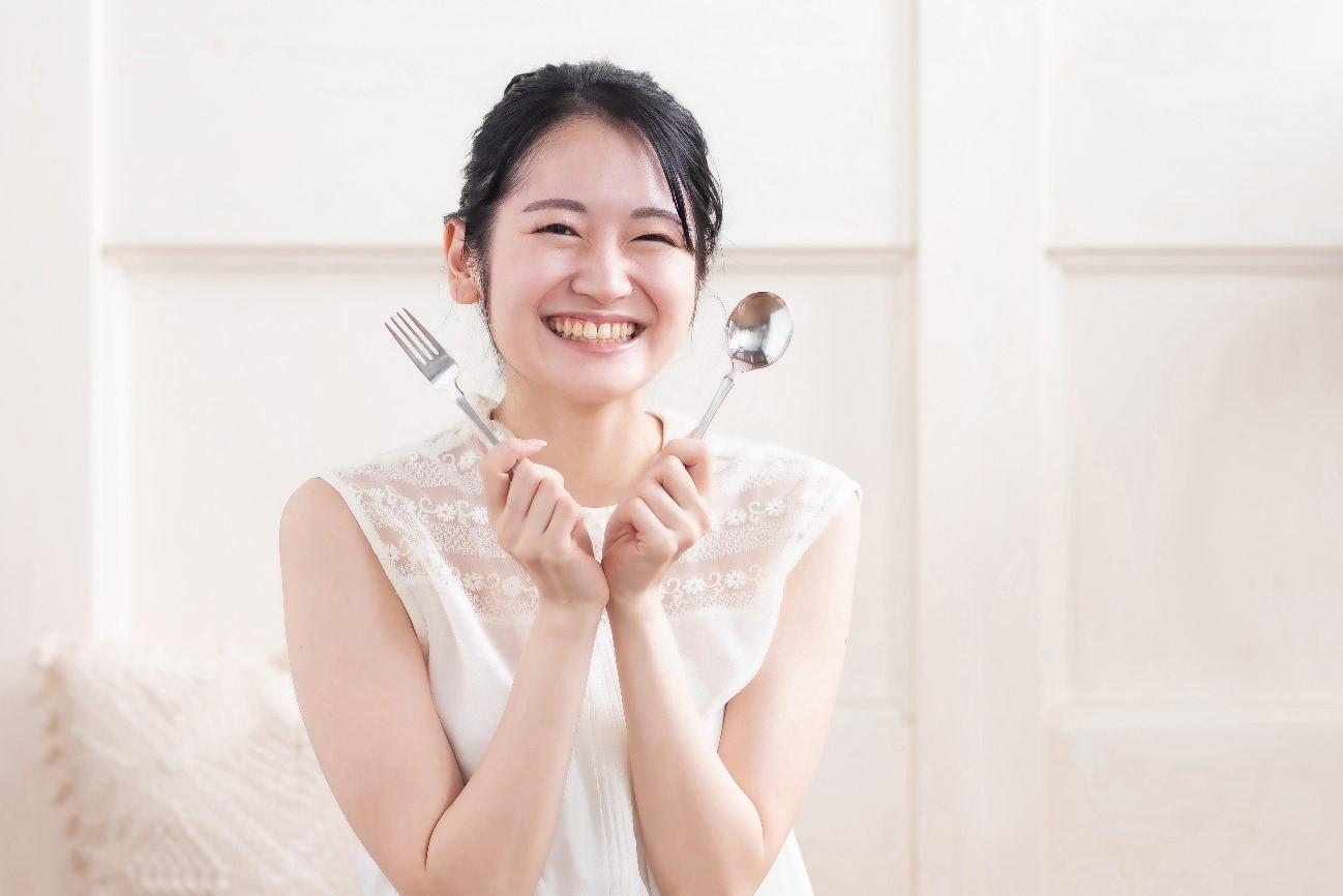 美肌と健康のために女性ホルモンのバランスを整える食べ物を摂る女性