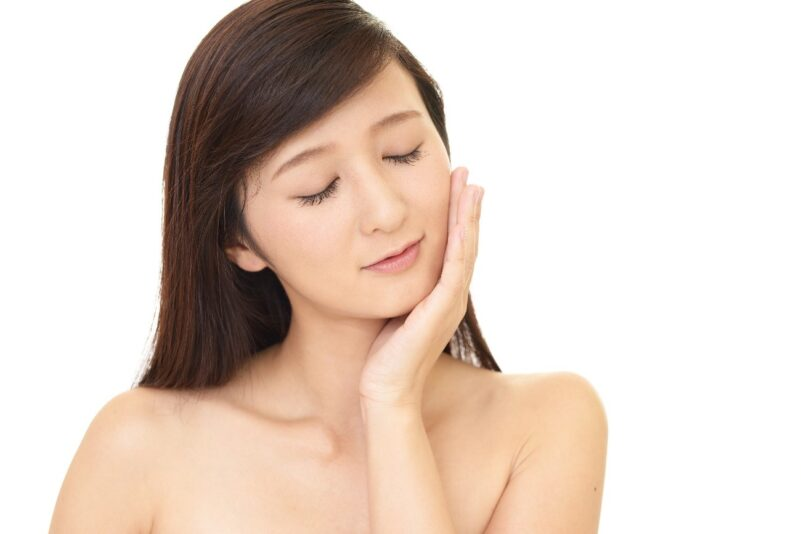 毛細血管の健康を意識した生活で美肌を保つ女性