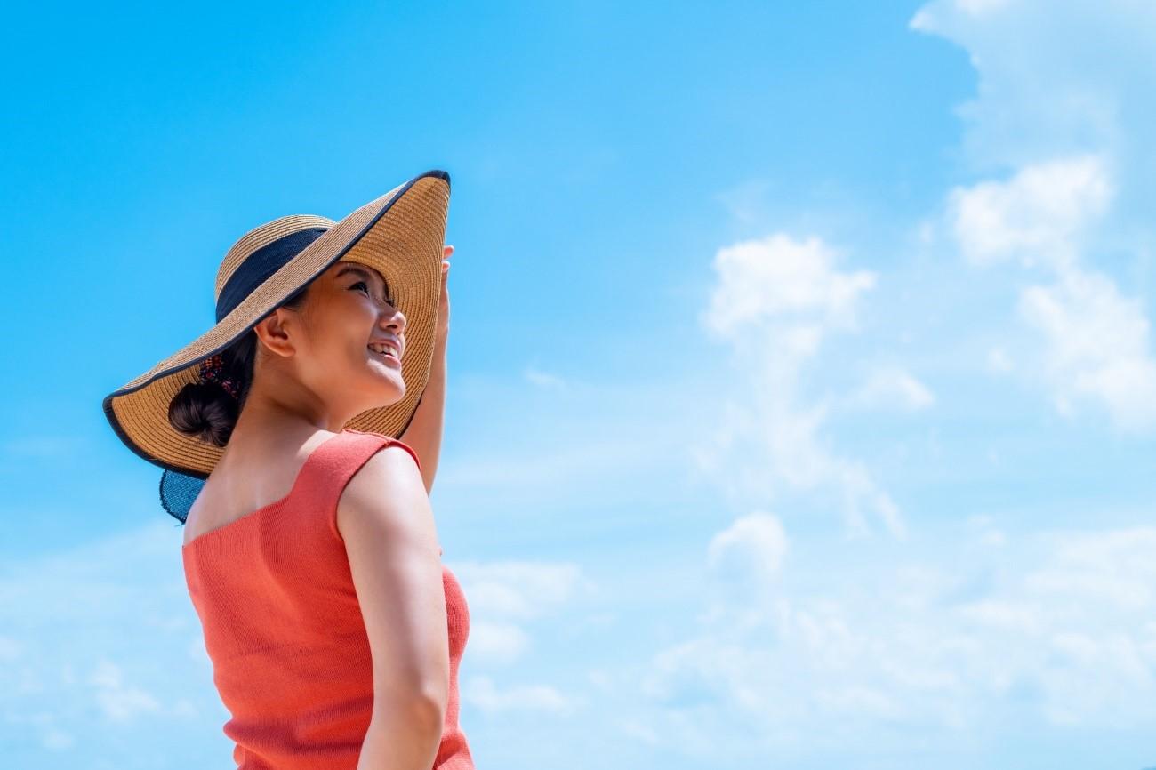 対策をしっかりして夏のインナードライ肌を予防する女性