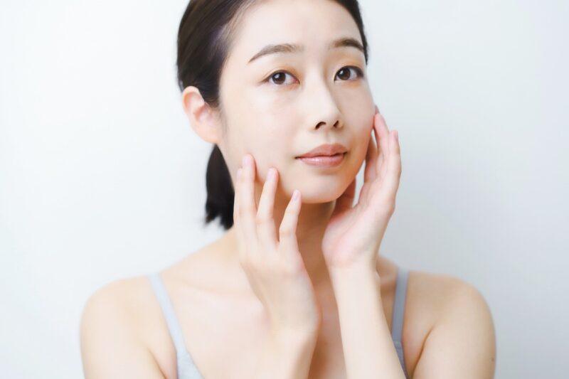 皮膚常在菌のバランスを意識したスキンケアやエイジングケアを行う女性