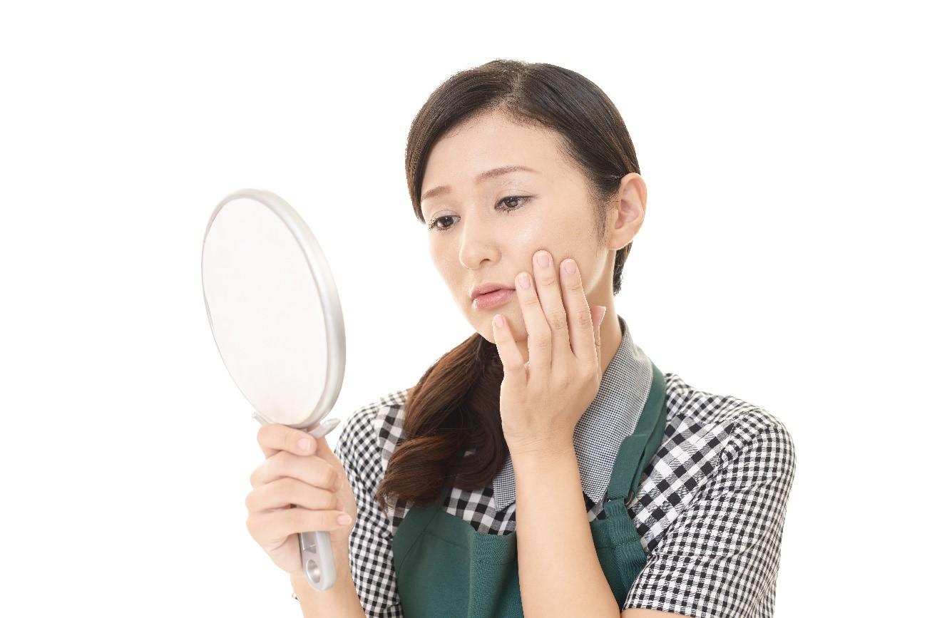 くすみ対策に酵素洗顔を使うか悩む女性