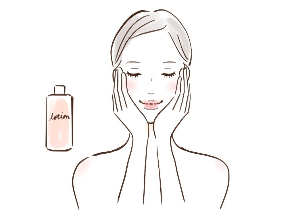 自分に合った化粧水で冬の肌を保湿ケアする女性