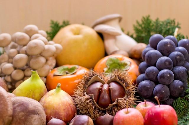 秋に旬を迎える野菜や果物の写真