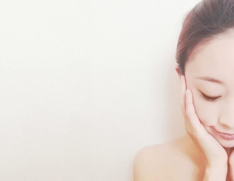 セラミドの違いを理解してエイジングケア化粧品で保湿する女性