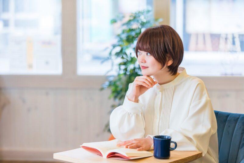 便活ダイエット~便秘外来の医師が教える、排便力がアップする11のルール~を読む女性