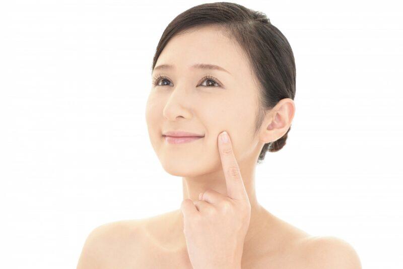 誤った皮膚呼吸の情報に振り回されず正しいスキンケアをする女性