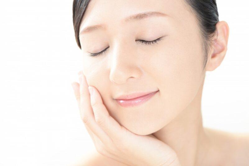 自分に合った水溶性ビタミンC誘導体を使って美肌をキープする女性
